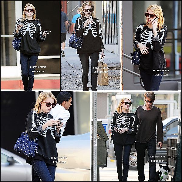 30 Décembre 2011: La mignonne Emma Roberts a était vue se promenant à West Hollywood .