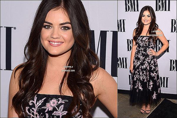 05/11/2013 : Notre Lucy Hale était présente à la cérémonie des « BMI Awards 2013 » toujours dans Nashville. La miss portait une robe fleurie décontractée et arborait son plus beau sourire devant les journalistes et photographes !