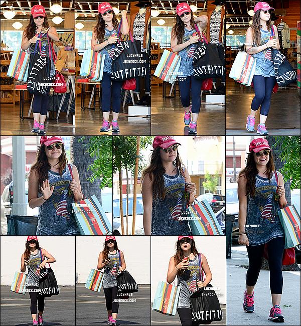 09/09/2013 : Notre jolie petite Lucy est allée faire une virée shopping dans la boutique Urban Outfitters à LA.