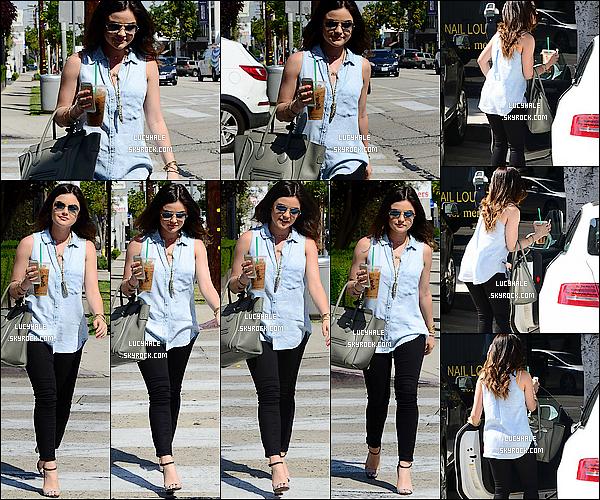 08/04/2014: Après quelques jours d'absence, miss Hale a été apperçue dans les rues de Los Angeles (Calif.). C'est une jolie demoiselle en pleine forme que nous retrouvons son Iphone et un Starbuck à la main. Tenue au top ! Avis ?