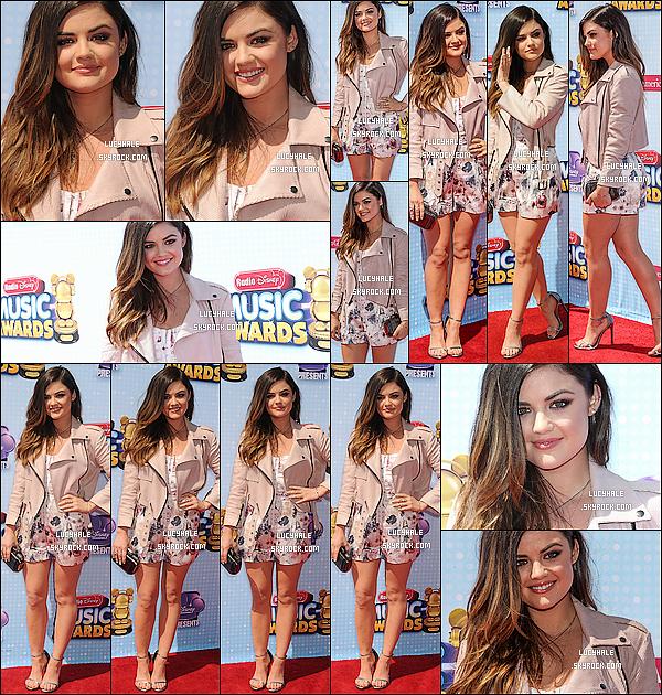 26/04/2014: Miss Hale était présente à la cérémonie des Radio Disney Music Awards dans Los Angeles. La belle chanteuse portait une superbe combishort rosée et un make-up très léger, naturel. Aimez-vous ce style sur Lucy ?