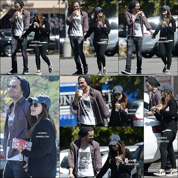 28/04/2014: Notre belle Lucy, souriante, était aux côtés de son nouveau petit ami Joel Crouse dans Los Angeles. Il semble que le couple officialise leur relation amoureuse en cette belle journée de printemps. Que pensez-vous des deux ?