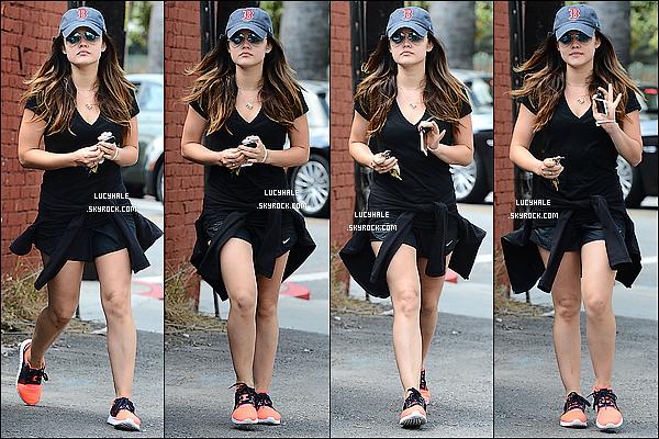 08/05/2014: Lucy Hale en compagnie du beau Joel se baladait tranquillement dans les rues de Los Angeles. Encore de beaux sourires de la part du petit couple. Il semblerait que la relation fasse autant de bien à l'un qu'à l'autre.