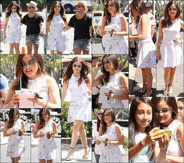 14/05/2014 : Lucy s'est rendue sur le plateau de l'émission « Extra » où des fans l'attendait à Universal City. La belle brunette en a donc profité pour poser devant les photographes et signer des autographes à ses nombreux fans.