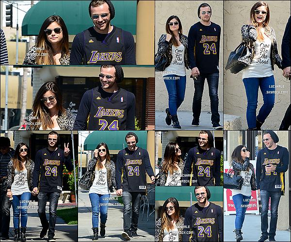 """23/05/2014 : La sublime actrice, toujours avec son boyfriend, a été vue sortant d'un café dans Los Angeles. J'aime bien sa tenue avec la petite phrase """"One For The Road"""". Par contre, son copain doit s'habiller dans le noir des fois.."""