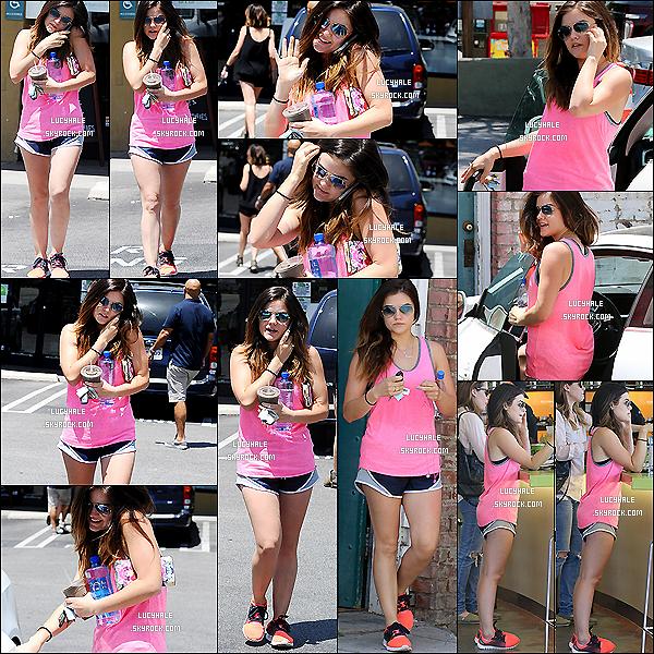 05/06/2014 : Miss Hale, au téléphone, a été apperçue se baladant tranquillement dans les rues de Los Angeles. La chanteuse a le sourire aux lèvres en cette journée ensoleillée. Tenue sportive = sport ! Elle assure notre Lulu !