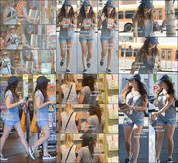 15/08/2014 : L. et son amie Annie étaient dans une carterie pour acheter une carte de v½ux dans Los Angeles. Enfin ! On change de candids avec une sortie entre amies pour Lucy ! Tenue simple mais très jolie. Quels sont vos avis ?