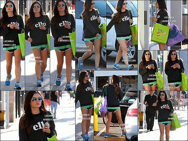 26/08/2014 : La belle Lucy a été apperçue les sacs de shopping en main, faisant du lèche-vitrine dans Studio City. Pour une fois, pas de sport mais séance de shopping pour Lucy. Enfin quelque chose de nouveau malgré la tenue décontractée.