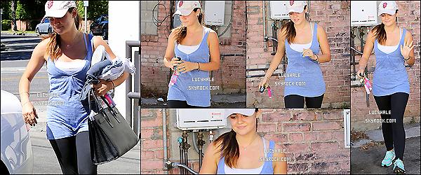 26/09/2014 : Notre Lucy, de bonne humeur, a été apperçue arrivant à son cours de gym dans Beverly Hills. (LA)Plus : Lulu a été vue le 21/09 avec son chéri Adam et l'une de ses meilleures amies Annie à la sortie d'un cinéma. Voir : ici.