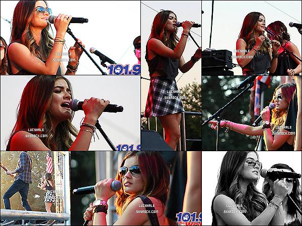 04/10/2014 : Lucy Hale a de nouveau fait un concert, cette fois-ci pour The Wolf Sacramento en Californie.La miss pousse encore la chansonnette dans une très belle tenue. Le haut noir est superbe et la jupe façon écossaise aussi !