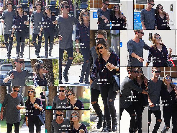 16/10/2014 : Lucy a été aperçue passant du bon temps avec son chéri Adam Pitts dans les rues de L. Angeles.L. est encore une fois habillée sombre avec son mec, ce n'est pas elle. Elle a l'air heureuse mais je ne suis pas fan de ce couple.