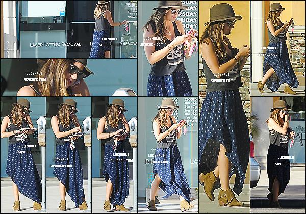 23/10/2014 : Hat-girl est de retour ! (LOL) et a été apperçue se rendant chez le tatoueur situé à Los Angeles..J'aime beaucoup sa tenue ! Malgré qu'elle soit petite, sa jupe ne la tasse pas et le style lui va totalement ! Un vrai top ici !