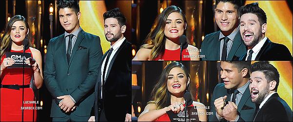 05/11/2014 : Lucy, toujours en rouge, était présente au Annual CMA Awards dans Nashville. (Tennessee)Lucy a dû comprendre qu'on l'aime de cette couleur avec sa très belle robe rouge. Elle est très jolie comme cela. Encore un top !