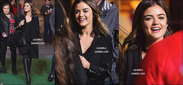 25/11/2014 : Notre Lulu, tout de noir vêtue, s'est rendue au 88th Annual Macy's Thanksgiving Day à NYC.Je n'aime pas qu'elle soit tout en noir mais son sourire contraste le côté sombre et la rends radieuse ! Peu de photos, désolée.