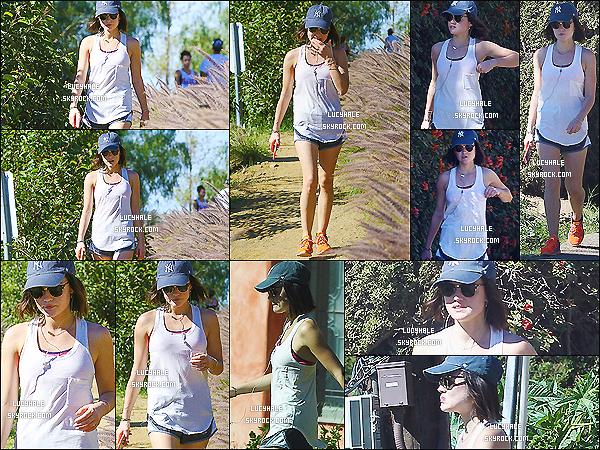 13/03/2015 : Notre petite sportive adorée a été apperçue faisant une randonnée dans le - Runyon Canyon.  La miss continue de s'entretenir seule. Elle porte une tenue très basique comme on à l'habitude de voir. Ni top ni flop !