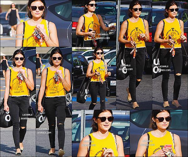 20/03/2015 : Jolie Miss Hale a été apperçue sur un parking de Studio City, rejoignant sa voiture. (Los Angeles)  Quel bonheur de retrouver notre Lucy. Elle porte un haut jaune qui ne la laisse pas inaperçue. J'aime bien cette tenue ! Top !