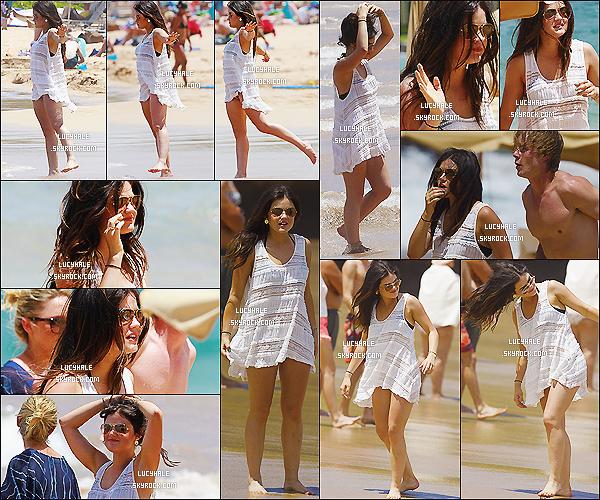 01/07/2013 : Notre Lulu a été apperçue profitant pleinement de ses vacances sur la plage de Maui située à Hawaii.  C'est donc en maillot et tee shirt que la belle brunette a été apperçue entourée de ses amis. Elle est très mimi avec ses lunettes.