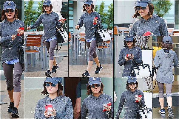 12/04/2015 : Notre Lucy H. a été vue quittant son habituel cours de gym, sous ce beau soleil à West Hollywood.  Lucy H. était vraiment toute mignonne avec sa casquette et ses lunettes de soleil. J'adore son sac à main ! Qu'en pensez-vous ?