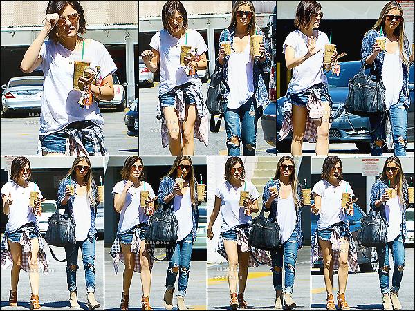 09/04/2015 : Lucinounette et une amie à elle, Starbucks en main, se baladaient dans les rues de Los Angeles.  Sa tenue est assez sympa. J'aime bien le style de la chemise à carreaux autour de la taille. Mais je préfère la tenue de sa copine.