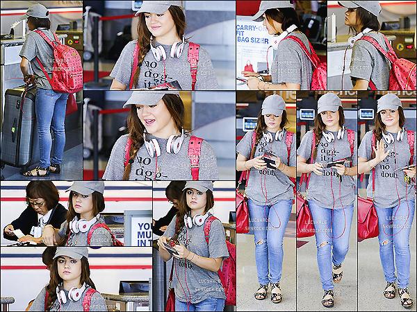 30/08/13 : Lucy, coiffée d'une jolie tresse, arrivait le sourire aux lèvres à LAX Airport situé dans Los Angeles. La miss est très mignonne, on dirait une écolière. Une tenue simple pour le voyage, normal. Mais, je ne suis pas fan de ses chaussures.