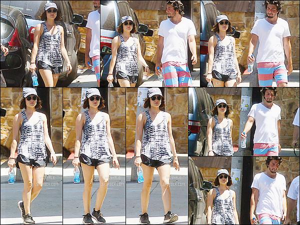 17/06/15 : La petite Liar, qui tirait la tronche, a été vue se promenant avec un ami, dans Los Angeles.  Sa tenue est, à nouveau, sportive cependant le débardeur est simple mais joli. Il manque juste le sourire ! Et vous, quel avis ?