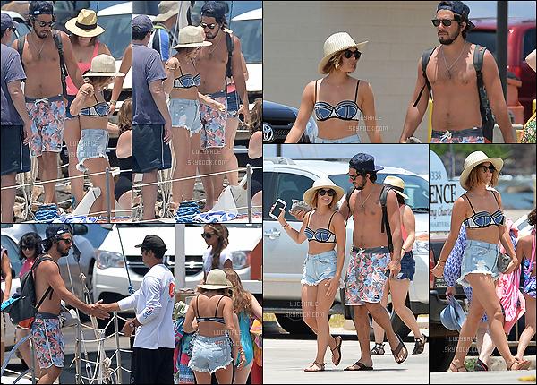 02/07/2015 : Jolie Lucy s'est rendue à la plage avec son chéri et ses amis, toujours à Maui. (Hawaï)  Une nouvelle fois, c'est une très belle sortie de la belle actrice. Son maillot est encore plus beau que le premier, - un gros top !