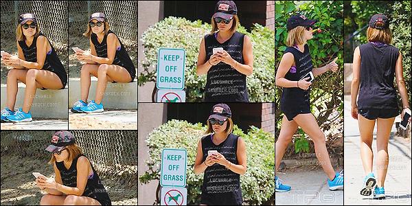 06/07/2015 : La jolie  Hale a été aperçue, en tenue de sport, dans le Runyon Canyon. (Los Angeles)  C'est une nouvelle fois en tenue de sport que nous retrouvons Lucy. Ca faisait longtemps et ça ne nous avait pas manquer.. Bof !