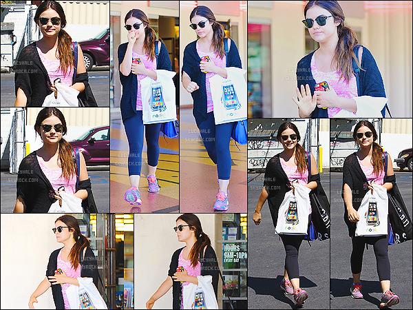 23/08/2013 : Lucy Hale est allée faire un peu de shopping dans le quartier de Toluca Lake. (L. Angeles)  La belle Lu' s'est arrêtée à la boutique Urban Outfitters et est allée chercher des livres à la librairie Barnes & Noble. - Mignonne !