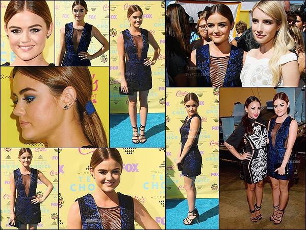 16/08/2015 : Lucy, pour la sixième année consécutive, s'est rendue aux Teen Choice Awards 2015.  Cette année, la miss s'est une nouvelle fois surpassée avec cette robe bleue ! Je la trouve vraiment magnifique de la tête aux pieds. Top !