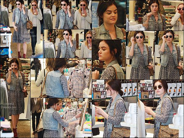 14/11/2015 : Lucy accompagnée de sa meilleure amie Annie faisait du shopping au Kitson's Store. (LA)  La jolie actrice, nature, était habillée d'une tenue assez hippie qui fait un peu penser à La Petite Maison dans la Prairie. Pas fan, c'est un bof.