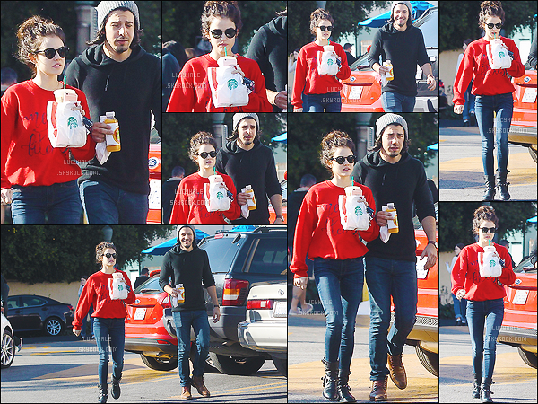 19/12/2015 : Jolie Lucy et Anthony ont été aperçu après avoir été dans un Starbuck de Los Angeles.   J'aime beaucoup sa tenue simple et décontractée. En plus, j'adore le rouge ! Par contre, elle est moins gracieuse que son chéri. C'est dommage..
