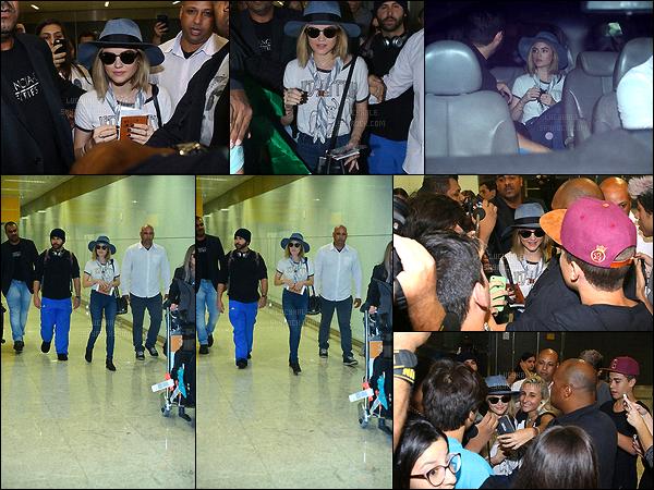04/03/2016 : Lucy, portant lunettes et chapeau, a débarquée au Brésil et a été attendu par les paparazzis.  C'est une foule qui a attendu Lucy à la sortie de l'avion. Elle en a profité pour poser à côté de ses fans brésiliens. Cette fille est un véritable amour.
