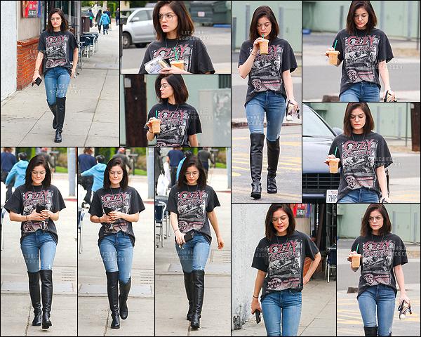 10/02/2017 : Miss Hale, fatiguée, a été aperçue s'achetant un café glacé dans Studio City. (Los Angeles)  La petite brunette porte une tenue assez rock, j'aime beaucoup. Pareil pour les lunettes. Par ailleurs, j'aime moins les bottes noires très hautes.