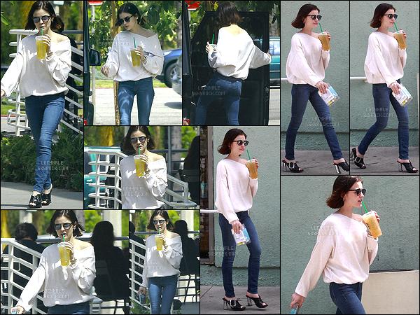 07/04/2017 : L. a été aperçue sortant d'une boutique où elle s'est acheté un snack et une boisson glacé.   Enfin ! Notre Lucy est de retour à Los Angeles ! Elle porte une tenue très simple. Le jean est simple et joli mais le reste j'aime pas trop. C'est bof !