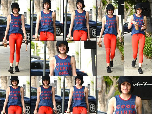 13/04/2017 : Lucy, de très bonne humeur, a été aperçue après son cours de gym dans Los Angeles.  La tenue de sport est très colorée : j'adore ! Par contre, c'est moi où Lucy s'est fait récemment du botox dans les lèvres ? Je n'aime pas du tout..