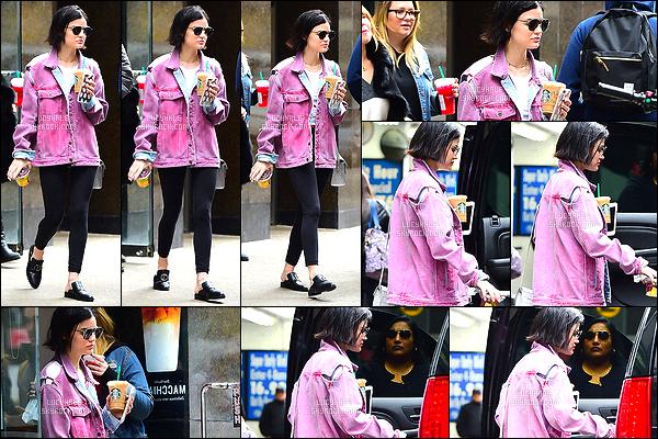 19/04/2017 : Lucy, en tenue décontractée, est allée se chercher une boisson Starbuck dans la matinée.  Elle est mimi avec sa veste en jean rose. Je trouve ça très joli. Elle évite un peu les paparazzis qui la suivent de partout ! C'est ça d'être une star..