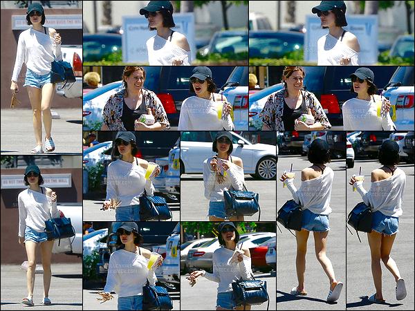 29/04/2017 : Notre petite Lulu a été aperçue dans les rues de la belle ville de Los Angeles avec une amie. Elle porte une l'occasion une tenue très simple et jolie. Elle convient parfaitement à la météo de LA. Par contre, qu'est-ce que c'est que ces tatanes ?