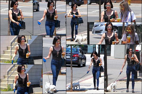 03/05/2017 : Lucy Hale, promenant son chien, a été aperçue s'achetant une boisson avec une amie. (LA) Je trouve Lucy très mignonne. Son body n'est pas à mon goût mais elle le porte bien. Je n'aime pas du tout le genre de mule qu'elle aime porter.