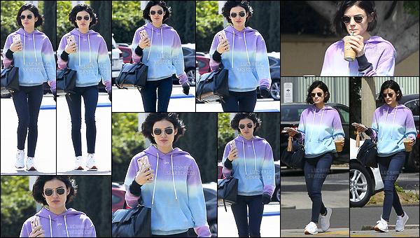25/04/2017 : Miss Hale, en tenue sportwear, est allée s'acheter son café habituel dans la matinée à LA. C'est un candid assez classique que nous retrouvons moins. Néanmoins, je le trouve très sympa. Lucy porte un joli pull. Un petit top pour moi !