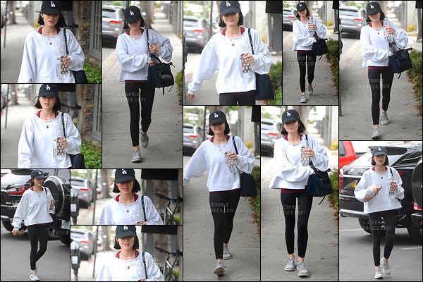 11/05/2017 : Lucy Hale, toujours de bonne humeur, s'est rendue à son cours de gym quotidien. (LA) Encore une tenue de sport qu'elle porte très bien. Je la trouve très mignonne comme ceci avec son grand sourire. Que pensez-vous du style sportif ?