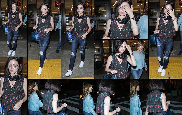19/05/2017 : L'actrice, qui parait fatiguée, a été repérée lors de son retour à l'aéroport de Los Angeles. C'est assez rare mais on peut dire qu'elle n'a pas l'air ravie de voir les paparazzis. Je trouve sa tenue assez sympa. Le haut est original et il passe bien.