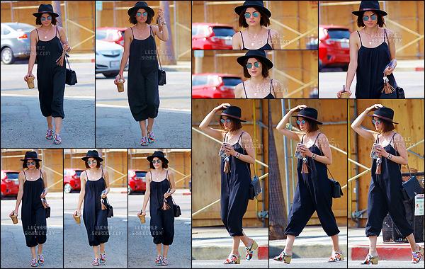 20/07/2017 : Lucy H se baladait tranquillement dans Studio City après être passée au Alfred Coffee Shop. Pour cette sortie, elle portait une longue robe noire qui lui allait vraiment bien. Par contre, mon avis est mitigé pour les chaussures. Top quand même!