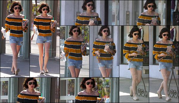 23/05/2017 : Notre Lucy adorée a été aperçue sortant d'un Starbucks dans un quartier de Los Angeles. J'aime beaucoup les petites sorties classiques que nous fait Lucy dans de jolies tenues. C'est toujours agréable de la voir se baladant dans LA. Avis ?