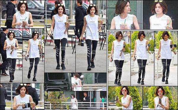 26/05/2017 : Lu', naturelle, a été vue lorsqu'elle se rendait dans un Starbucks pour s'acheter une boisson. La miss a l'air très fatiguée sur les photos. Cela est peut être du au fait qu'on la voit sans maquillage. Sa tenue de sport est simple et lui va bien. Top !