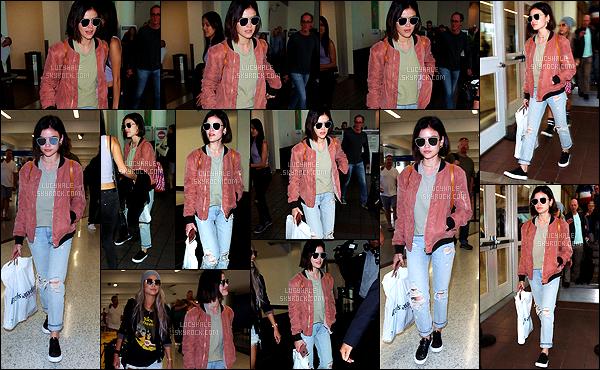 04/06/2017 : L. a été vue lorsqu'elle se rendait à l'aéroport de LAX pour une destination encore inconnue. La brunette ne cesse de bouger en ce moment mais elle n'échappe pas aux flashs des paparazzis. J'aime sa veste rose pâle, ça lui va bien. Petit top.