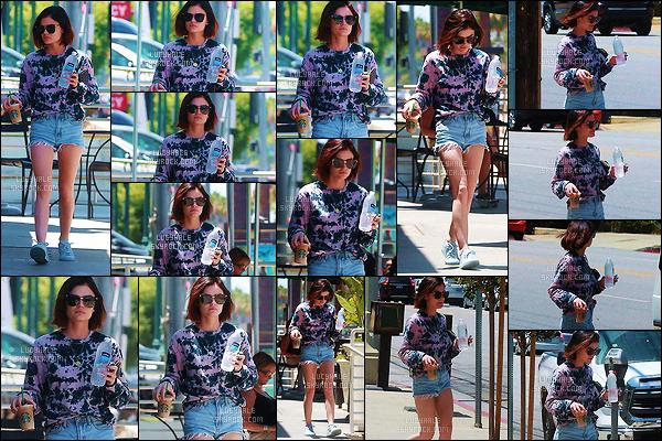 17/06/2017 : Cutie Lucy, comme à son habitude, a été aperçue allant s'acheter une boisson au Starbucks. Après une semaine sans sortie, l'actrice nous fait un joli candid comme on les aime. Niveau tenue, je trouve que le tout est très sympa. Un top !