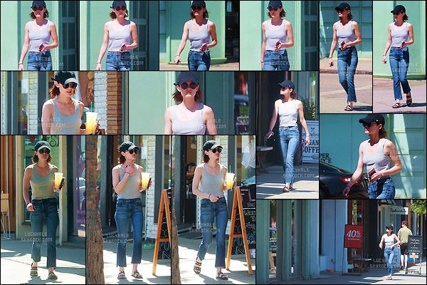 20/06/2017 : Petite Lucy, une limonade fraîche à la main, se promenait dans le quartier de Studio City. La miss porte une tenue très simple. J'aime bien son haut mais le bas du pantalon et les chaussures c'est vraiment pas ça. C'est un bof pour moi.