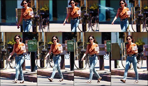 21/06/2017 : Notre adorable Lucy a été aperçue lorsqu'elle allait s'acheter son café glacé dans L. Angeles. L'actrice est encore une fois très belle. Je trouve sa tenue assez sympa. J'ai juste du mal avec ses chaussures encore une fois. Quels sont vos avis ?