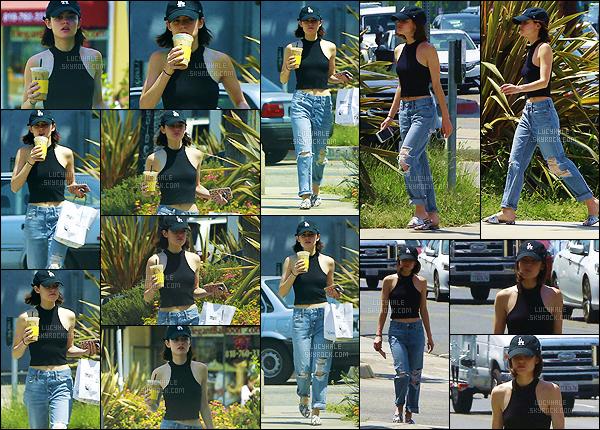22/06/2017 : L' actrice a été aperçue après s'est arrêter pour acheter sa boisson matinale à Studio City. C'est une sortie habituelle mais j'aime beaucoup la voir si fréquemment. La tenue est jolie sauf les chaussures encore une fois. Un petit top !