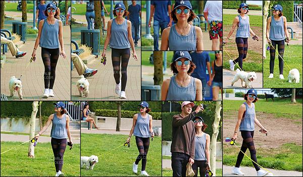 07/08/2017 : Lucy et Elvis se sont rendus dans un parc pour se promener, dans un quartier de Vancouver. Elvis est un chien trop trop mignon. C'est une jolie sortie que les deux nous offre. Par contre, il n'y a vraiment rien d'intéressant dans la tenue de Lulu.